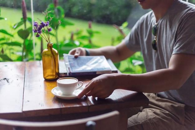 Guy portant des pantalons cargo et buvant un café dans un café
