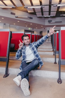 Guy posant sur les marches de la salle de conférence