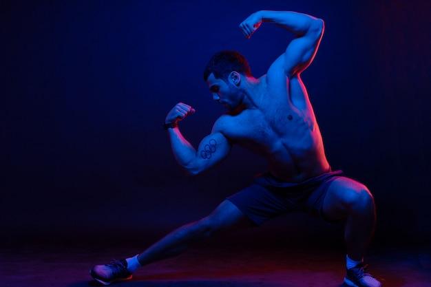 Guy posant et montre les muscles