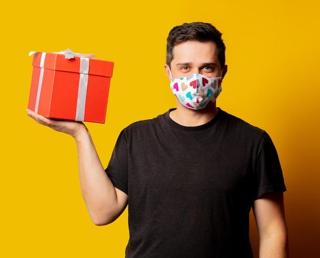 Guy de style en masque facial avec boîte-cadeau