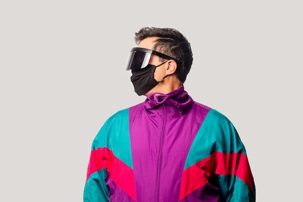 Guy de style en veste et masque des années 90