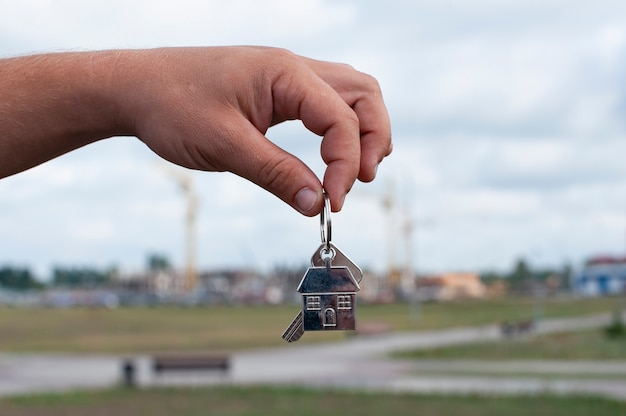 Guy tient les clés de la maison dans ses mains
