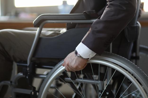 Guy en transport handicapé