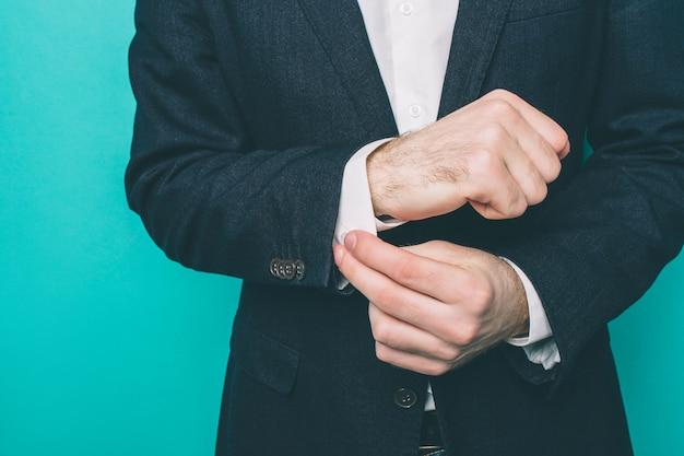 Guy verrouille le bouton au bord de la chemise