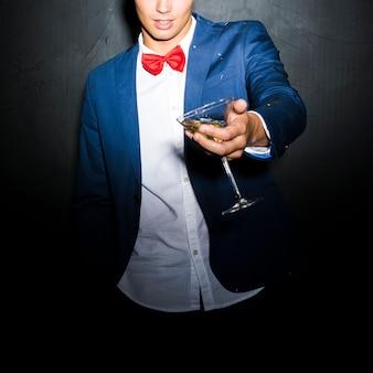 Guy en veste de soirée avec verre de boisson