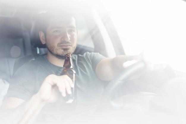 Guy avec la voiture au volant
