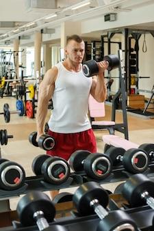 Gym. bel homme pendant l'entraînement