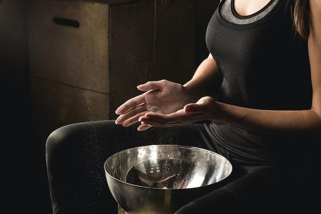 Gym chalk magnesium carbonate mains applaudissant femme