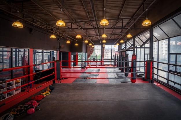 Gymnase de kickboxing avec lumières allumées