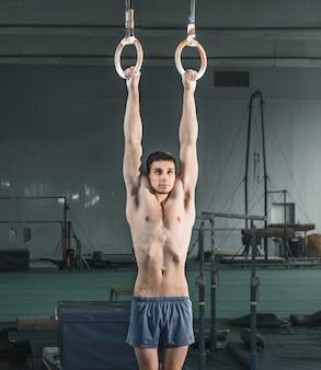 Gymnaste sur anneaux stationnaires