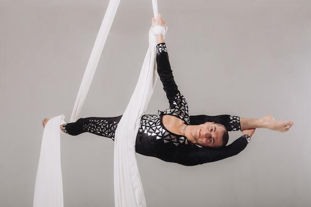 Gymnaste effectuant des acrobaties aériennes sur soie