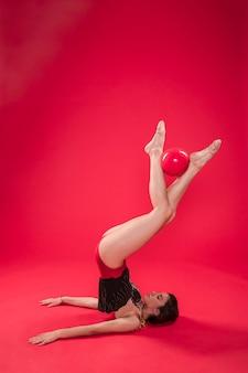 Gymnaste faisant des positions avec le ballon