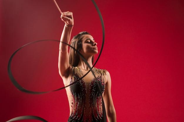 Gymnaste faisant des positions avec le ruban