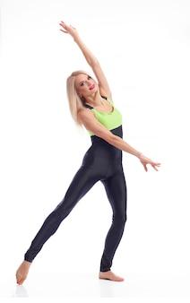 Gymnaste féminine posant élégamment souriant