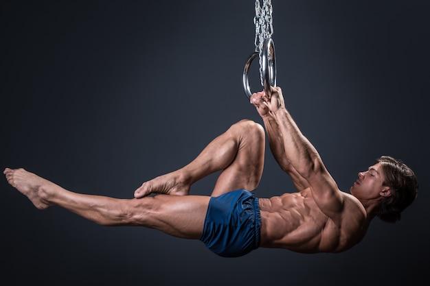 Gymnaste fort sur les anneaux