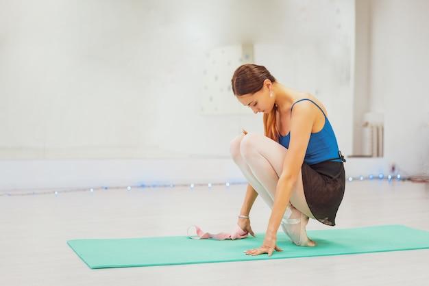 Gymnaste mignonne engagée dans la formation dans le hall