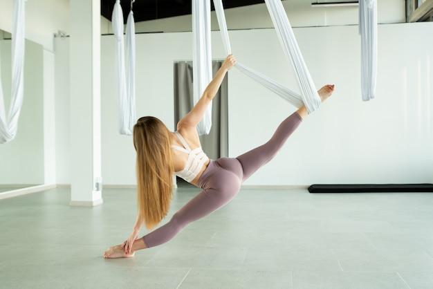 Gymnaste professionnel faisant des scissions dans l'air concept de maintien d'un corps sain