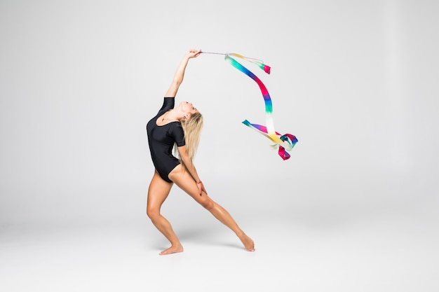 Gymnaste rythmique avec du ruban de gymnastique isolé
