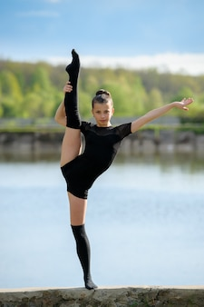 Gymnaste rythmique faisant la division verticale des jambes