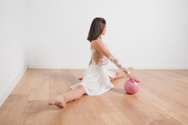 Gymnaste rythmique posant avec le ballon