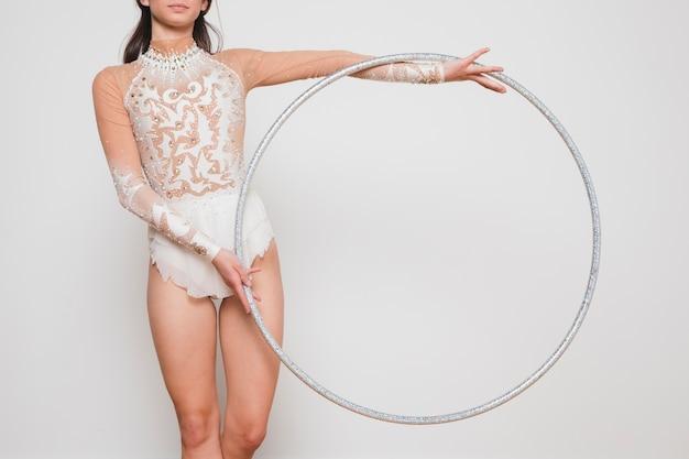 Gymnaste rythmique posant avec le cerceau