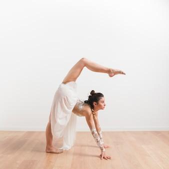 Gymnaste rythmique posant