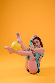 Gymnaste rythmique utilisant le ballon