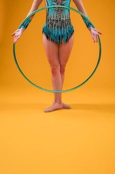 Gymnaste rythmique utilisant le cerceau