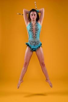 Gymnaste rythmique utilisant les clubs de jonglerie