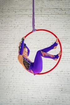 Gymnastique aérienne sur le cercle, une petite fille faisant des exercices