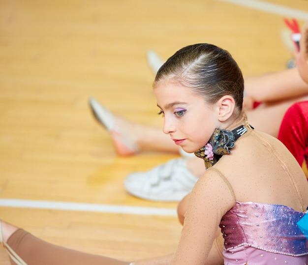 Gymnastique rythmique fille kid sur le pont en bois