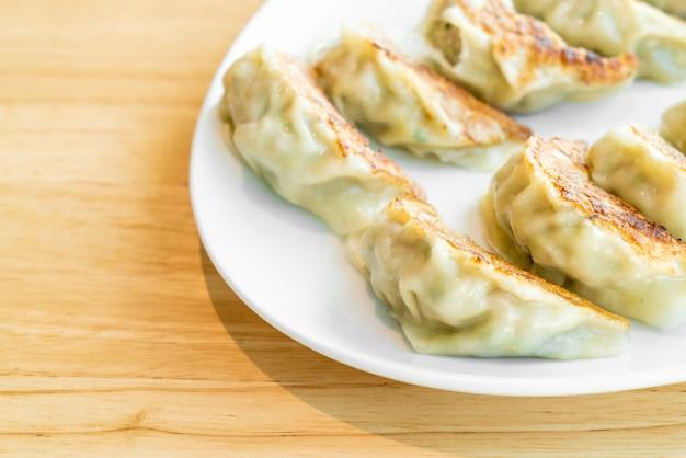 Gyoza japonais ou quenelles avec sauce soja