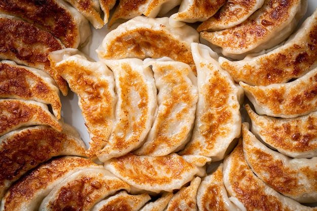 Gyoza ou raviolis frits avec sauce soja
