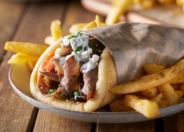 Gyro grec avec viande d'agneau et fromage feta