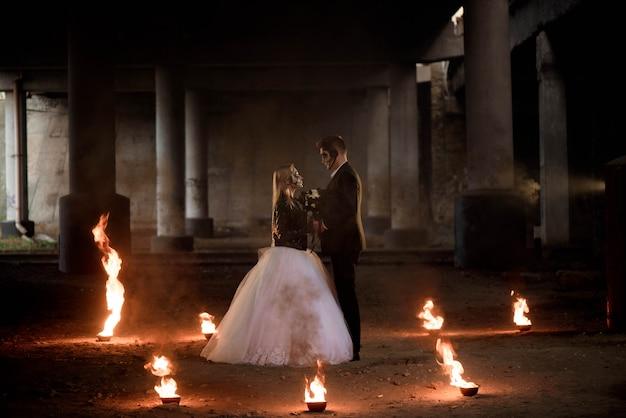 Habillé en couple de zombie romantique de vêtements de mariage.