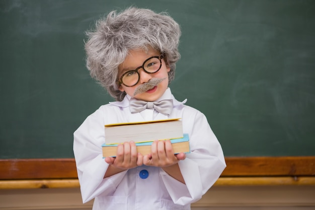 Habillé élève tenant des livres