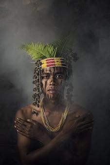 Habitants autochtones appartenant aux îles muara siberut, sumatra ouest, île siberut, indonésie.