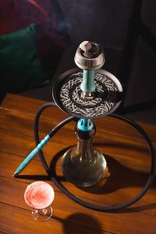 Habitude nocive de fumer un narguilé dans un bar pour le concept de relaxation.