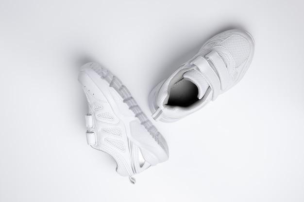Habitudes sportives utiles et chaussures orthopédiques pour les enfants ferrant isolés sur fond blanc