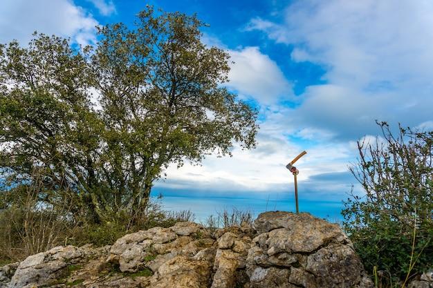 Une hache au sommet du mont arno dans la municipalité de mutriku dans le gipuzkoa. pays basque, espagne