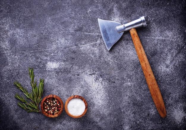 Hache de boucherie pour viande et épices.