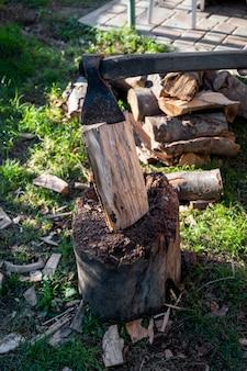Une hache et un tas de bois haché à l'extérieur