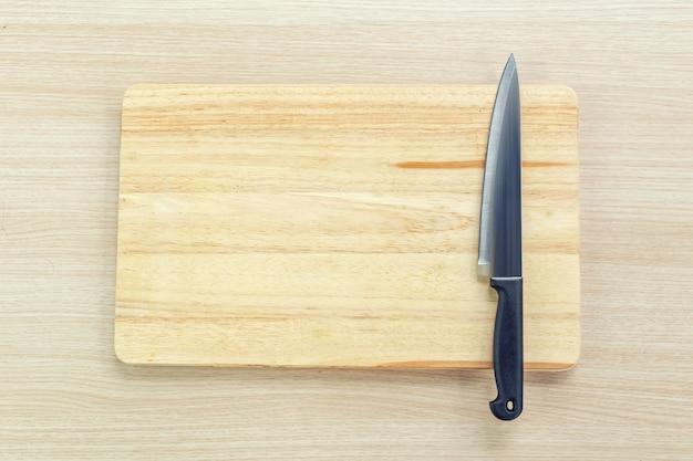 Hacher une planche à découper et un couteau