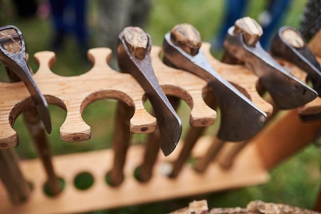 Haches médiévales en fer avec manches en bois