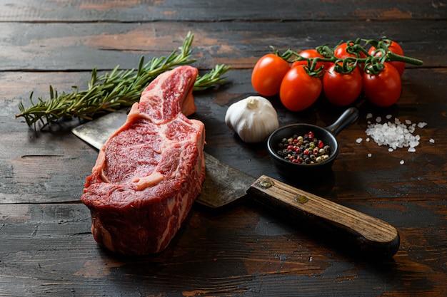 Hachoir à viande crue avec tomates et épices