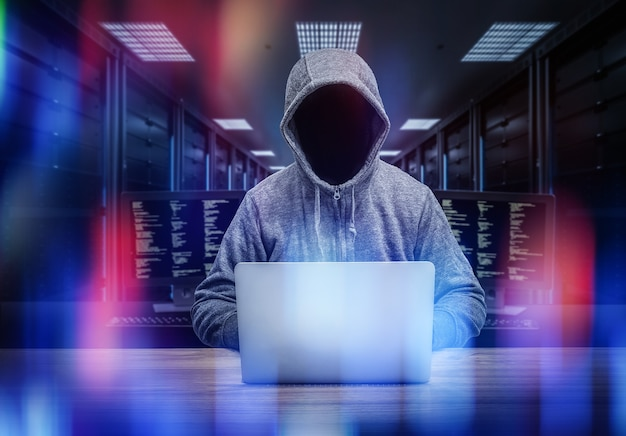 Hacker anonyme de rendu 3d dans la salle des serveurs