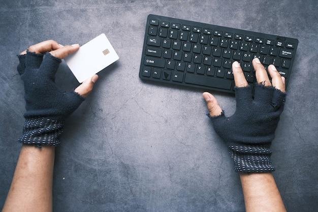 Hacker hand voler des données de carte de crédit