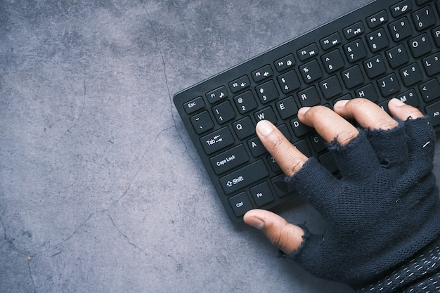 Hacker hand voler des données de l'ordinateur