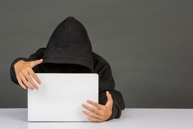Hacker avec un ordinateur portable