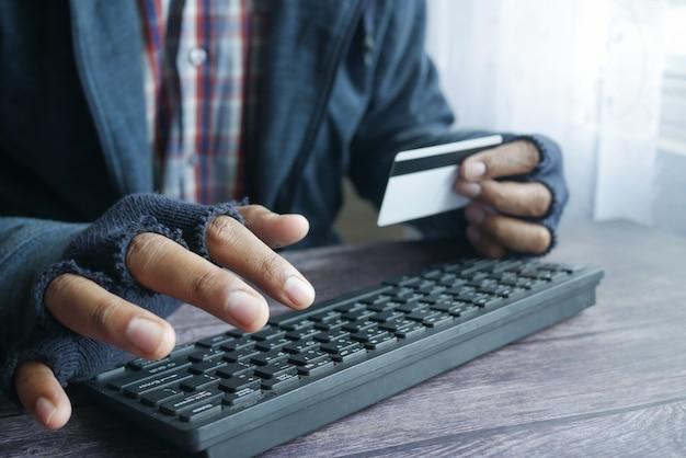 Hacker part voler des données de carte de crédit